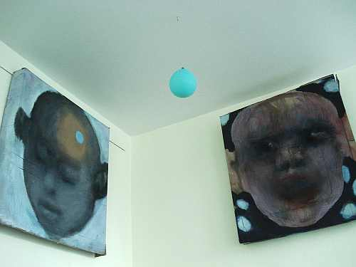Image:two heads in a corner and a balloon